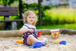 sandkasten-aus-baumstaemmen-bauen