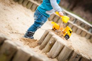 sandkasten-selber-bauen-palisaden