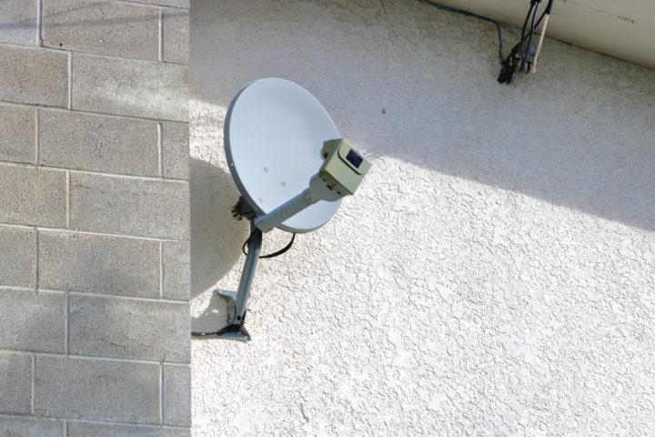 satellitenschuessel-unter-dach