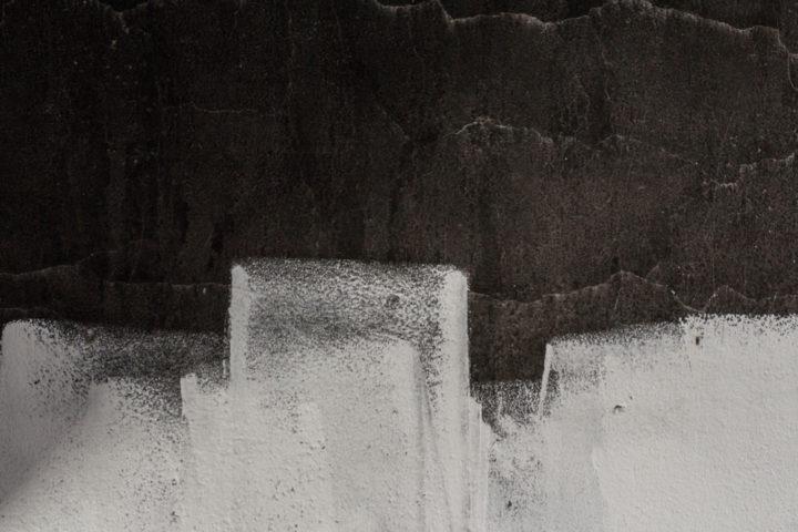 schwarze-wand-weiss-streichen
