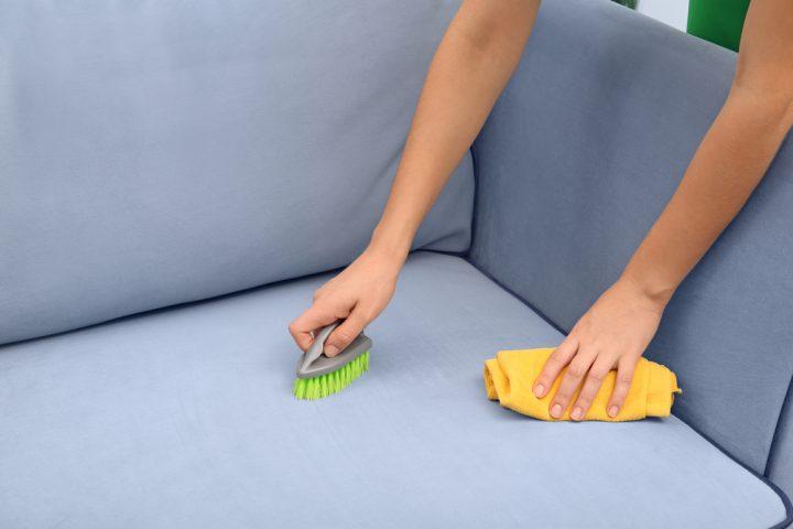 Sofa reinigen mit Natron Anleitung in 4 Schritten