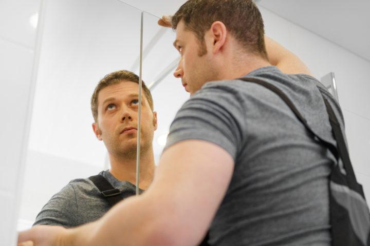 spiegelschrank-aufhaengen-ohne-bohren