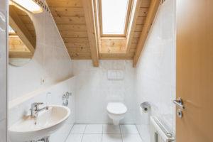 toilette-unter-dachschraege