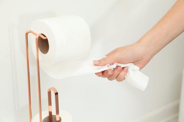 toilettenpapier-richtig-aufhaengen