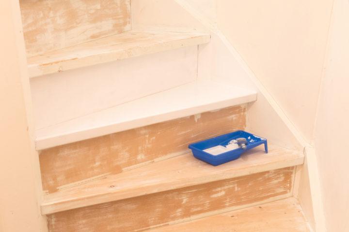 treppe-mit-kreidefarbe-streichen
