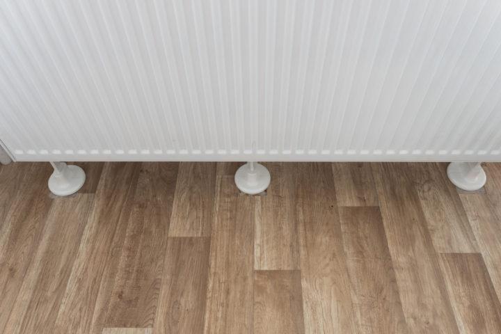 vinylboden-heizungsrohr-schneiden