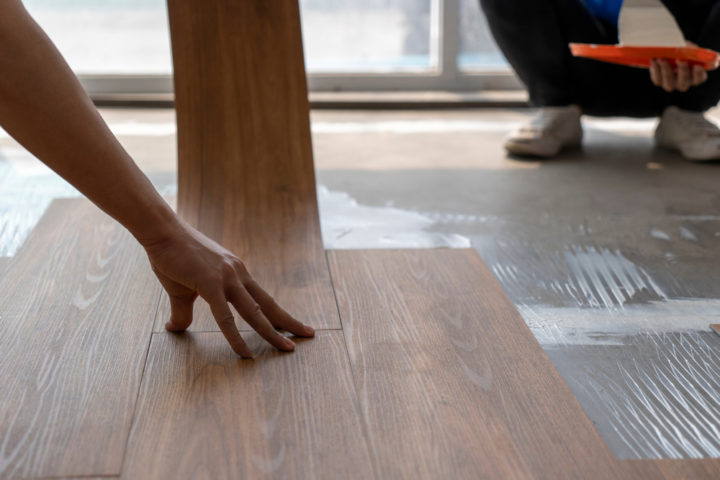 vinylboden-kleben-auf-estrich