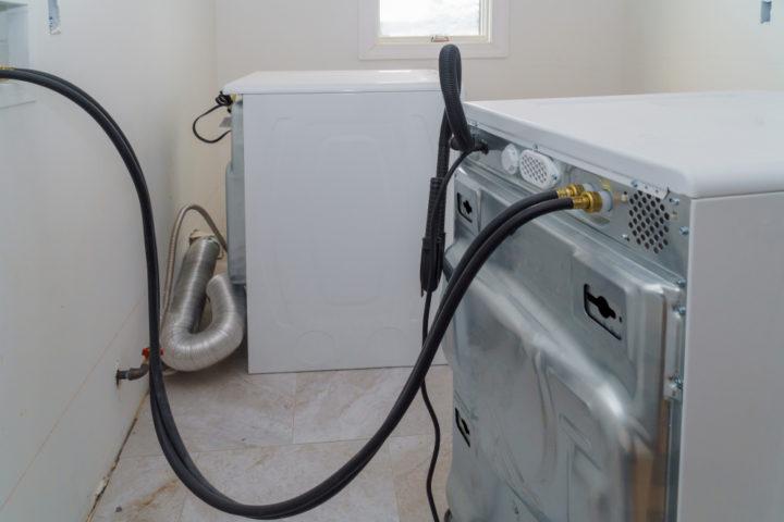 waschmaschine-und-trockner-an-einem-abfluss-anschliessen