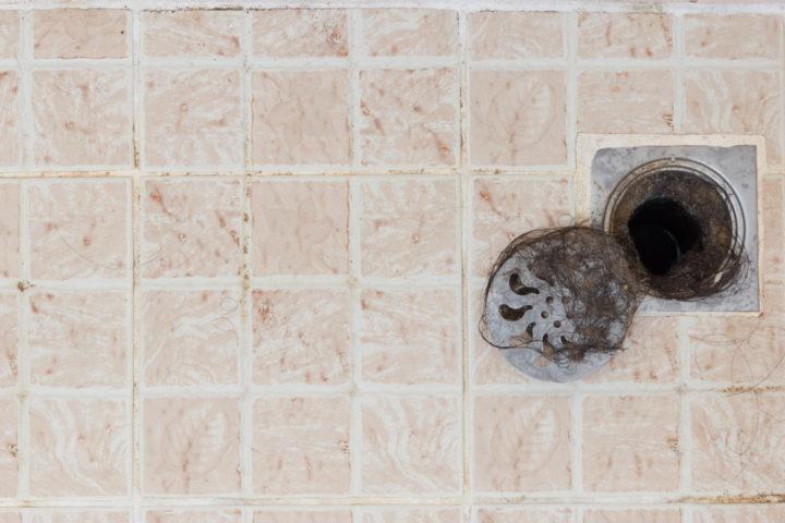 wasser-steht-im-abfluss-dusche