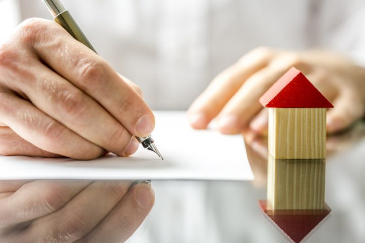 Vertragsunterzeichnung beim Immobilienkauf